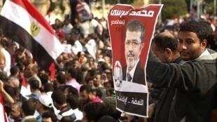 Les partisans du président Morsi devant le palais présidentiel dans le nord du Caire ce vendredi 23 novembre.