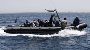 Лодка с мигрантами отходит от берегов Ливии, 5 мая 2015 г.