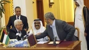 Le président Mahmoud Abbas et le leader du Hamas Khaled Meshaal avec l'ancien émir du Qatar, Hamad ben Khalifa al-Thani, à Doha, en février 2012.