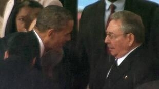 Tổng thống Mỹ Barack Obama bắt tay Chủ tịch Cuba Raul Castro, tại tang lễ Nelson Madela, tại Johannesburg, ngày 10/12/2013