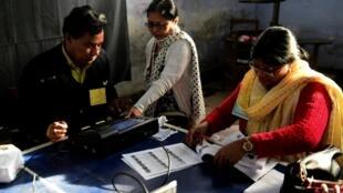 Des électeurs bangladais votent pour les législatives, dimanche 30 décembre, après une campagne électorale marquée par une flambée de violences.