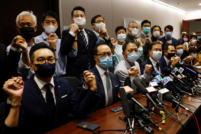Các nghị sĩ ủng hộ dân chủ Hồng Kông họp báo phản đối quyết định bãi nhiệm 4 nghị sĩ đối lập, ngày 11/11/2020 tại Hồng Kông.