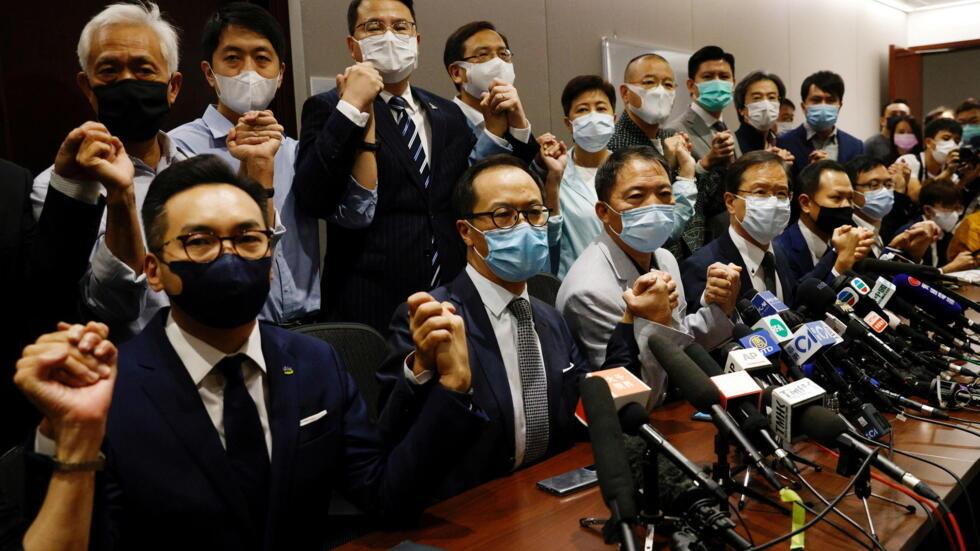 立法会泛民主议员集体总辞抗议政府QD4名议员