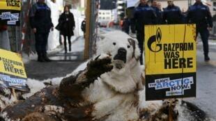 Militantes de Greenpeace protestaron en el reciente Foro Internacional de Davos (Suiza) contra la contaminación petrolera del Artico, en enero de 2014.