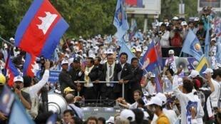 Bain de foule, drapeaux et ferveur populaire pour accueillir Sam Rainsy à son retour au pays ce vendredi 19 juillet 2013.