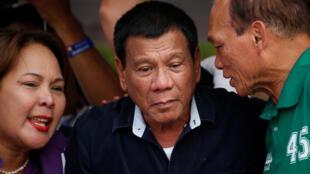 2016年4月27日, 菲律宾总统候选人罗德里戈·杜特地(中),在马拉邦竞选造势。