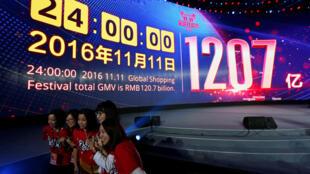 Un écran qui affiche  la valeur totale des marchandises vendues pendant la journée des célibataires du 11/11.