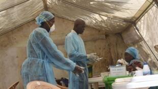 Médicos practican exámenes de sangre en Kenema, Sierra Leone.