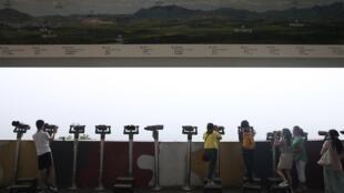 Visitantes observam a Coreia do Norte do ponto de vista da Coreia do Sul