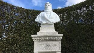 Busto de Leonardo da Vinci no local onde foram encontrados seus restos mortais.