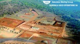 Vue aérienne de la mine de Sabodala au Sénégal et son environnement traditionnel.