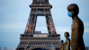 Statues of the Paris' Trocadero wearing a protective mask