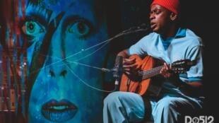 Seu Jorge canta músicas de David Bowie em turnê pela Europa.