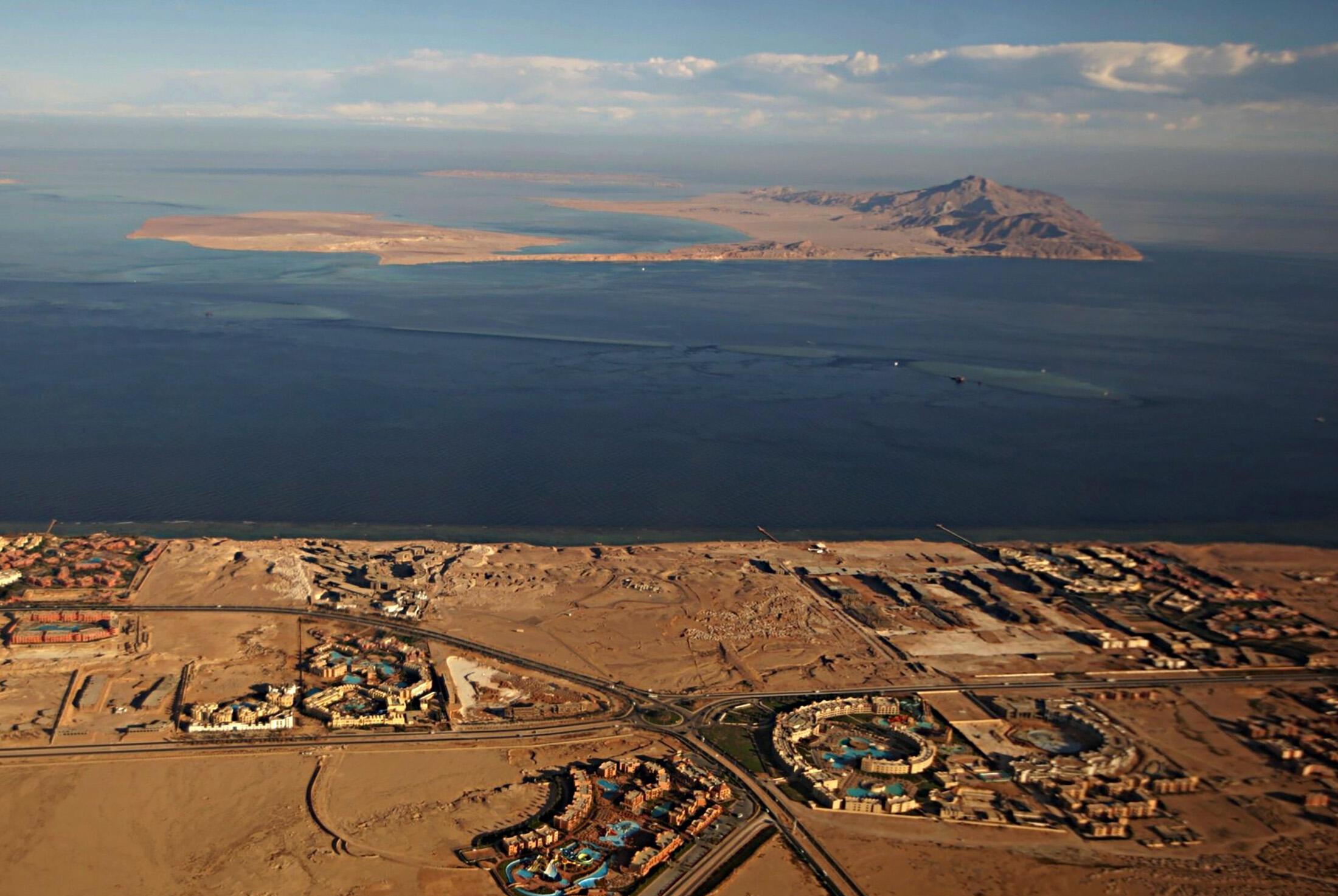 Hai đảo Tiran (gần) và Sanafir. Ảnh chụp ngày 14/01/2014.