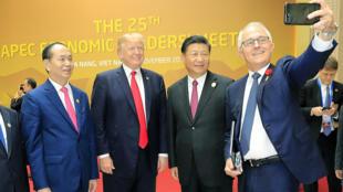 Thủ tướng Úc Malcolm Turnbull tự chụp ảnh với chủ tịch Trung Quốc Tập Cận bình và tổng thống Mỹ Donald Trump ở APEC 2017, Đà Nẵng hôm 11/11/2017.