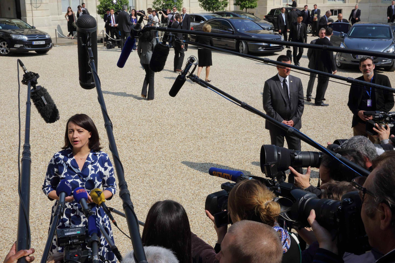 Cécile Duflot répond à la presse à sa sortie de l'Elysée, après le Conseil des ministres, ce mercredi 26 juin 2013.