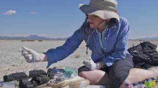 La scientifique Felisa Wolfe-Simon lors de ses prélèvements au Mono Lake, en Californie, en septembre 2010.