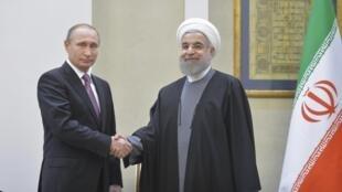 Rais wa Urusi Vladimir Putin (kushoto) akipeana mkono na mwenzake wa Iran Hassan Rouhani Wakati mkutano na waandishi wa habari baada ya mazungumzo mjini Tehran, Iran, Novemba 23, 2015.