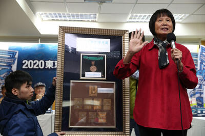 「2020东京奥运台湾正名公投记者会」15日在台大校友会馆举行,诉求将「中华台北队」正名為「台湾队」,「飞跃羚羊」纪政(右)带著奥运奖牌现身支持正名公 投。