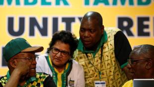 Ambiance à la tribune du 54e congrès de l'ANC. Le président Zuma se trouve à gauche de l'image.