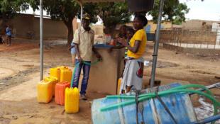 Sur le quartier des non lotis de Bissighin: seulement 16 bornes fontaines pour 53 000 habitants.