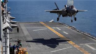 កងម៉ារីនរៀបចំចុះចត នៅលើនាវាផ្ទុកយន្តហោះអាមេរិក USS Wasp នៅក្នុងដែនទឹកនៃកោះអូគីណាវ៉ា ភាគខាងត្បូងនៃប្រទេសជប៉ុនកាលពីថ្ងៃទី ២៣ ខែមីនាឆ្នាំ ២០១៨។
