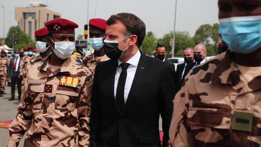 Le président français Emmanuel Macron avec Mahamat Idriss Deby, fils d'Idriss Déby Itno. Ndjamena, le 23 avril 2021.