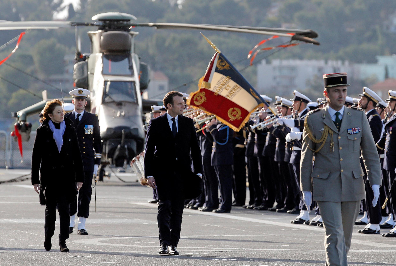 O presidente Emmanuel Macron (centro), ao lado da ministra das Forças Armadas, Florence Parly (esq.), em recente visita à base militar de Toulon, no sul da França.