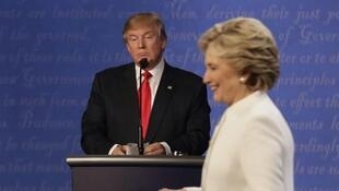 图为希拉里与特朗普10月19日在拉斯维加斯一场电视辩论会上。
