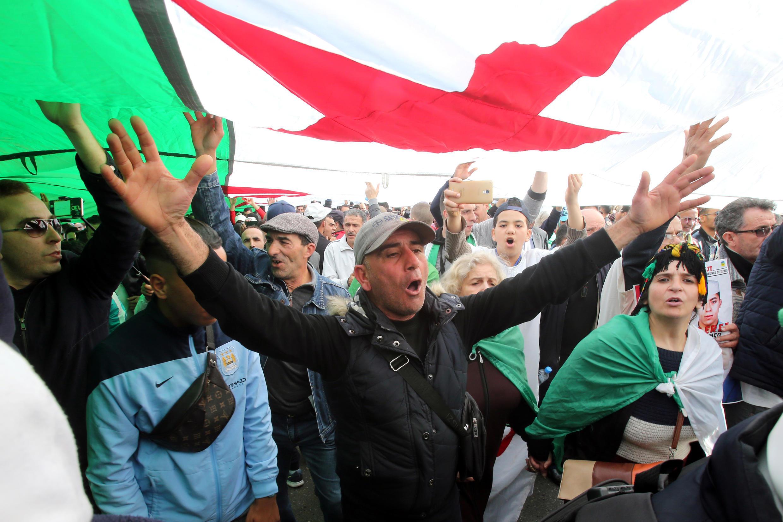 Manifestantes marchan, un año después del comienzo de las protestas semanales que piden un cambio de la élite gobernante, el fin de la corrupción y la retirada del ejército de la política, en Argel, Argelia, 14 de febrero de 2020.