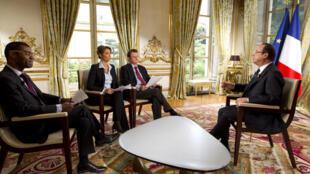 François Hollande contestando las preguntas de RFI, France 24 y TV5 Monde.