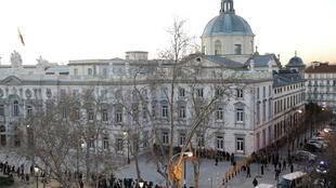 Des fourgons de la Garde civile, censés transporter des politiciens séparatistes catalans, arrivent devant la Haute Cour, à l'arrière-plan, à la Cour suprême, à Madrid, en Espagne, le 12 février 2019.