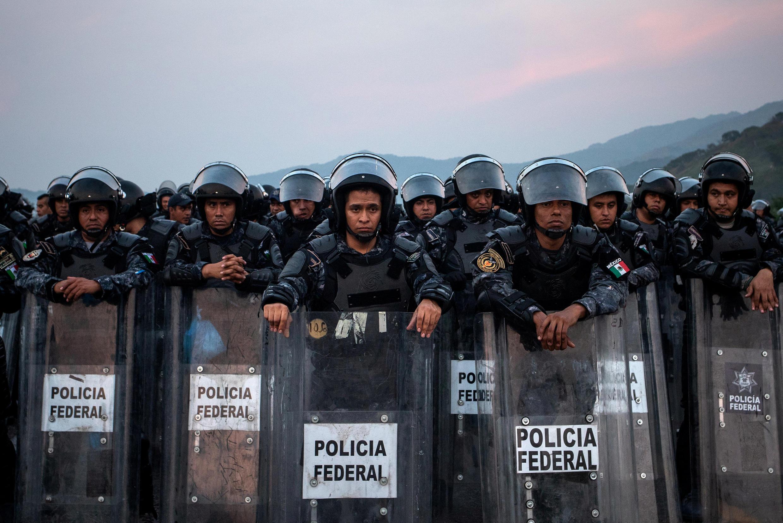 Cảnh sát Mêhicô chặn hàng ngàn di dân từ Trung Mỹ đến Hoa Kỳ, trên đường đến thành phố San Pedro Tapanatepec, miền nam Mêhicô, 27/10/2018.