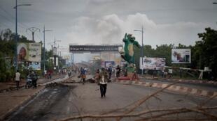 Des barricades dressées par les manifestants sur le pont des Martyrs à Bamako, le 11 juillet 2020.