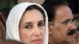 Benazir Bhutto, lors de son ultime meeting, le 27 décembre 2007, à Rawalpindi. A ses côtés, Makhdoom Amin Faheem, vice-président de leur parti (PPP).