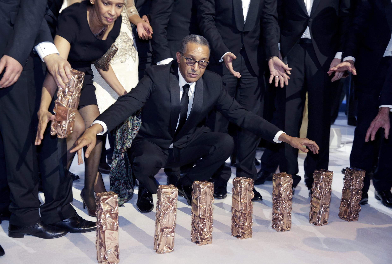 El director Abderrahmane Sissako posa con los siete César obtenidos el viernes en París.