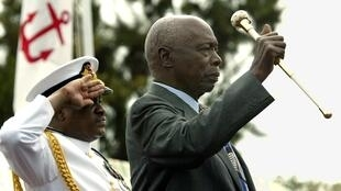 Daniel Arap Moi, ex-président du Kenya (droite), ici le 28 décembre 2002, peu avant son départ du pouvoir.