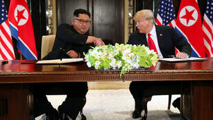 Nguyên thủ hai nước đặt bút ký một thỏa thuận quan trọng trước ống kính truyền thông thế giới.