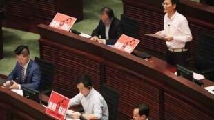 香港立法会2019年4月3日稍后首读香港逃犯(修订)条例草案,泛民强烈反对修法;图為行政长官早上接受议员质询时,泛民议员在席上摆放「撤回恶法」标语。