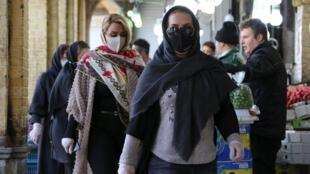 Des Iraniennes portant des masques dans un marché de la capitale iranienne, Téhéran, le 5 avril 2020.