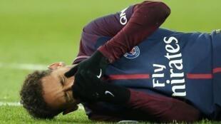 Dan wasan gaba na kungiyar Paris Saint-Germain, Neymar, lokacin da ya samu rauni a kafarsa yayin fafatawa da Marseille ranar 25 ga watan Fabarairu na 2018.
