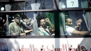 Les Palestiniens libérés arrivent à Rafah, située dans le sud de la bande de Gaza, à la frontière égyptienne, le 18 octobre 2011.