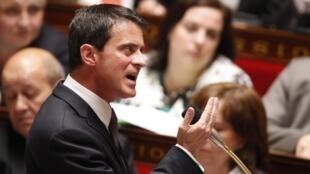 Le Premier ministre Manuel Valls s'exprime à l'Assemblée nationale lors d'une séance de questions au gouvernement, le 25 mai 2016.