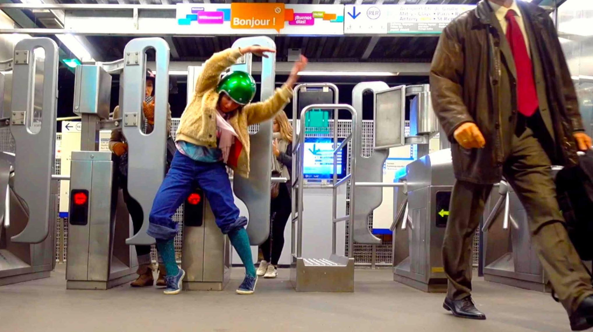 Nadia Vadori-Gauthier donne «une minute de danse par jour» dans le RER parisien.