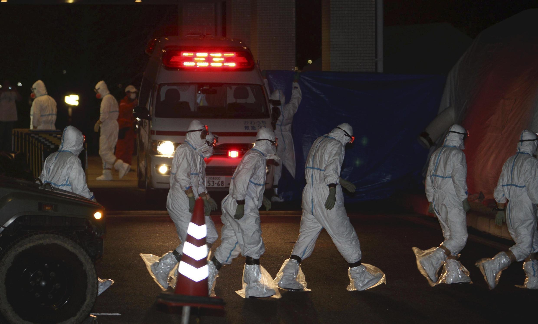 Cấp cứu những người làm việc tại Fukushima bị trúng tia phóng xạ, tại bệnh viện trường Đại học Y Fukushima, 24/3/2011.
