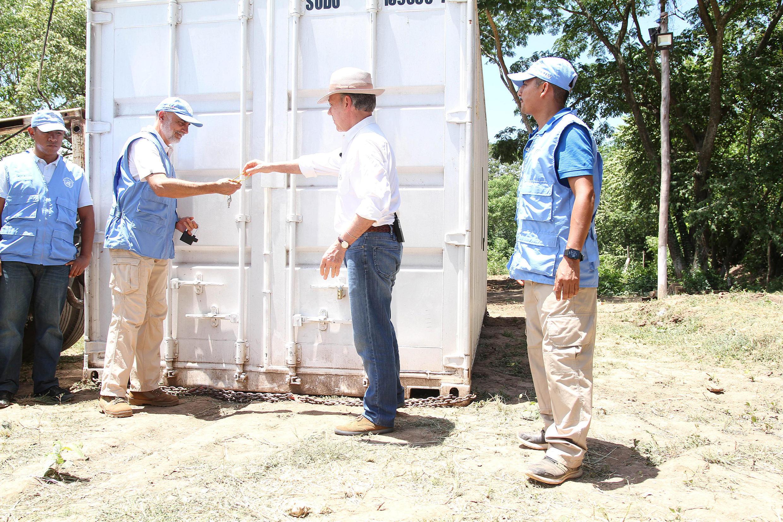 O presidente colombiano, Juan Manuel Santos, fecha o último contêiner com armas entregues pelos guerrilheiros.