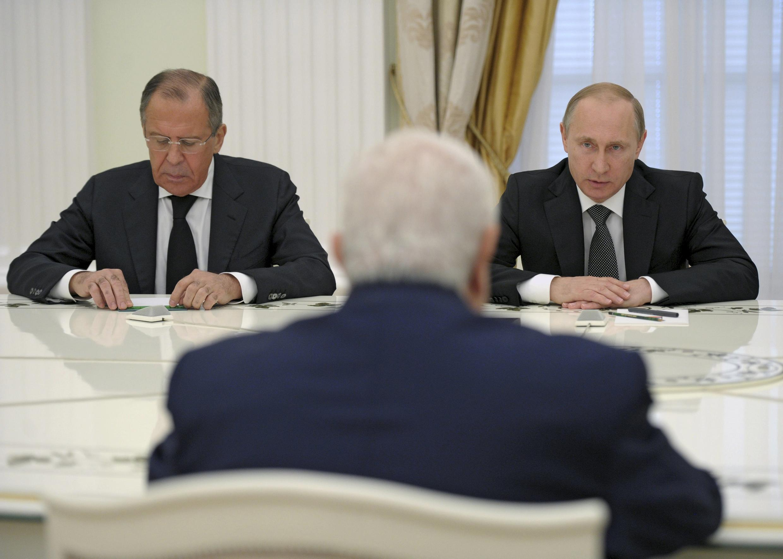 O chefe da diplomcia síria, Wallid Mouallem diante de Vladimir Putin e de Sergueï Lavrov, em Moscovo no passado 29 de Junho de 2015.