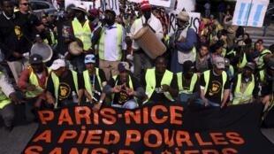 Em maio, os clandestinos organizaram uma marcha de um mês entre Paris e Nice para denunciar sua situação.