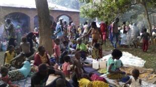 Dans Bangui, les habitants se rassemblent dans les quartiers et zones qui leur semblent sécurisées ou du moins plus sûres.