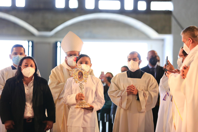 La niña Yaxury Solórzano llevano una reliquia del doctor José Gregorio Hernández durante la ceremonia de beatificación.